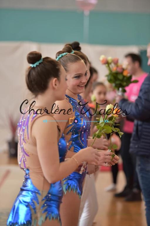 Victoire et Emma, remise des fleurs Journée des droits des femmes